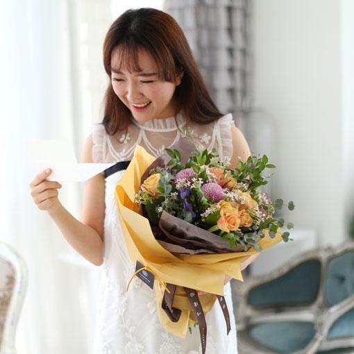 꽃을 받는 즐거운 모습이 좋아요여전히 아름다운 그녀