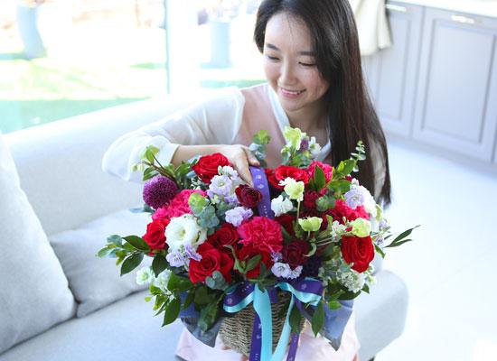 전국으로 꽃 보내세요 - 풍성한 꽃바구니(레드)